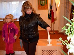 Z volební místnosti v Lukavici.