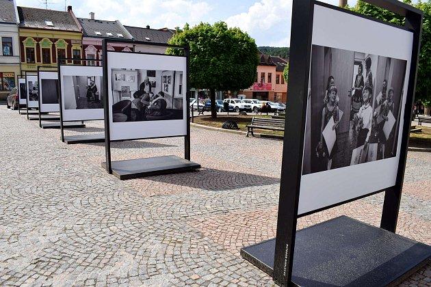 Centrum Ústí nad Orlicí krášlí fotografie Petra Wagenknechta ze zákulisí loňského ročníku Kocianovy houslové soutěže.
