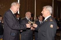 Radní Petr Šilar je uprostřed mezi hejtmanem Moravskoslezského kraje a generálním ředitelem HZS ČR.