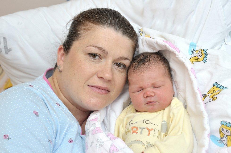 Adriana Jeřábková se narodila 7. 5. v 7.24 hodin. Vážila 4220 g a s rodiči Danielou a Michalem a bráškou Michalem bude doma v Koldíně.