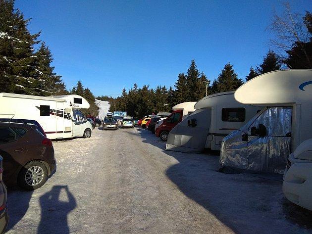 Policisté dnes opět museli regulovat dopravní situaci na Šerlichu vOrlických horách. Parkoviště kapacitně nezvládalo nápor zájemců.