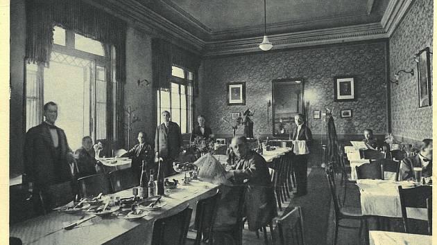 Dobová pohlednice - interiér choceňské nádražní restaurace.