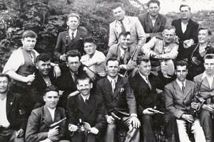 Skupina ruských zajatců ukrývaných v Kunčicích, nahoře ve světlém obleku Bohumil Moravec.