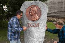 Reliéf restauroval a pomník doplnil o písmena TGM František Bečka (vlevo), na snímku je se svým tovaryšem Radimem Slezákem.