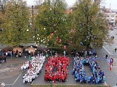 Školáci vytvořili stovku z balónků.