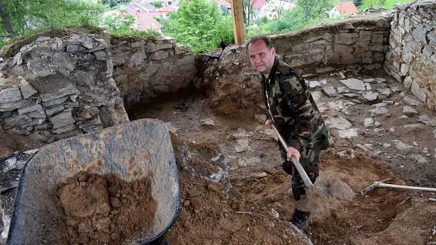 Na zřícenině hradu Brandýs se zabydleli archeologové. Průzkum předčil očekávání.