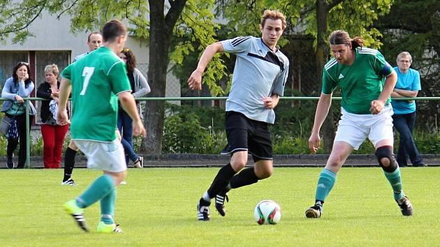 STOPER NA HROT. Jablonský Jan Kyllar (u míče) převážně zastavuje ofenzivní manévry soupeřů, ale proti Řetové jej trenér poslal na hrot útoku a obvyklý stoper dal před poločasem druhý gól.