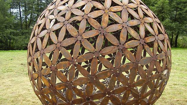 Rezavé květy známého kreslíře, scénického výtvarníka a od roku 1985 zejména sochaře Čestmíra Sušky.