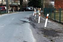 Silnice přes Semanín nevydržela tíhu kamionů, kraj ji postupně opravuje.