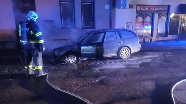 Ve středu 16. června v noci si městská policie při zběžné prohlídce města všimla hořícího automobilu.