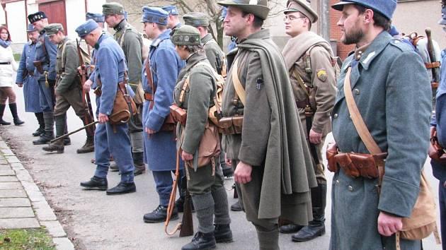 Členové Klubu přátel vojenské historie Pardubicko uctili při tradičním zimním pochodu památku obětí 1. světové války na Vysokomýtsku.