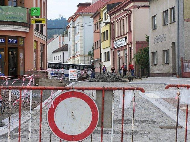 Nádražní ulice vČeské Tebové by měla být dokončena vprvním říjnovém týdnu.
