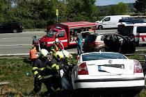 Zaklíněného řidiče museli ze zdemolovaného vozu vyprostit hasiči.