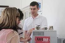Kafebar nabízí kávu s příběhem.