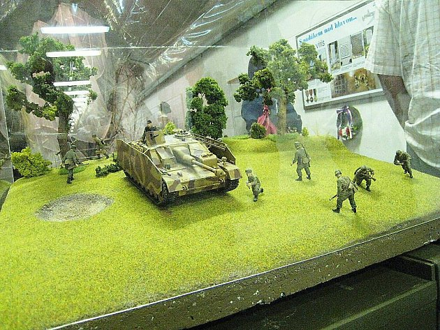 """Na Hůrce slavnostně otevřeli výstavu věnovanou Čechoslovákům, kteří bojovali """"s padákem nad hlavou""""."""
