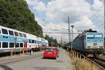 Ústí nad Orlicí. Jeden vlak odjíždí, druhý právě přijíždí.
