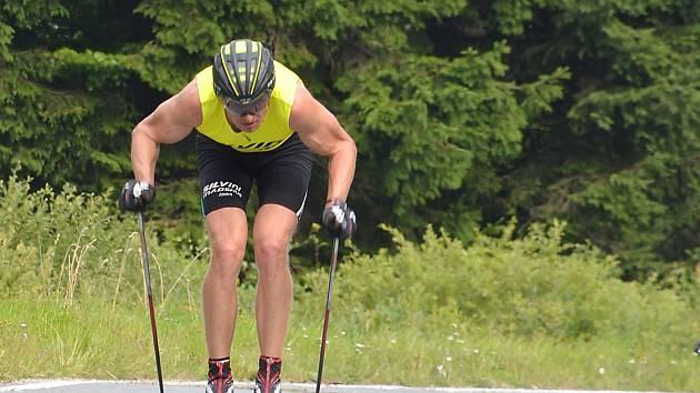 LOŇSKÝ VÍTĚZ. Dálkový běžec na lyžích Stanislav Řezáč si v létě zpestřuje přípravu na závodech na kolečkách.