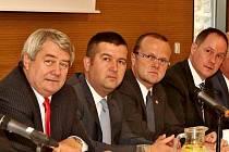 Přítomní zástupci dolní komory parlamentu s hejtmanem Martinem Netolickým.
