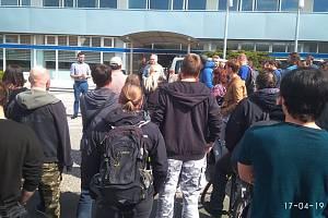 Středeční protest před administrativní budovou vedení společnosti.