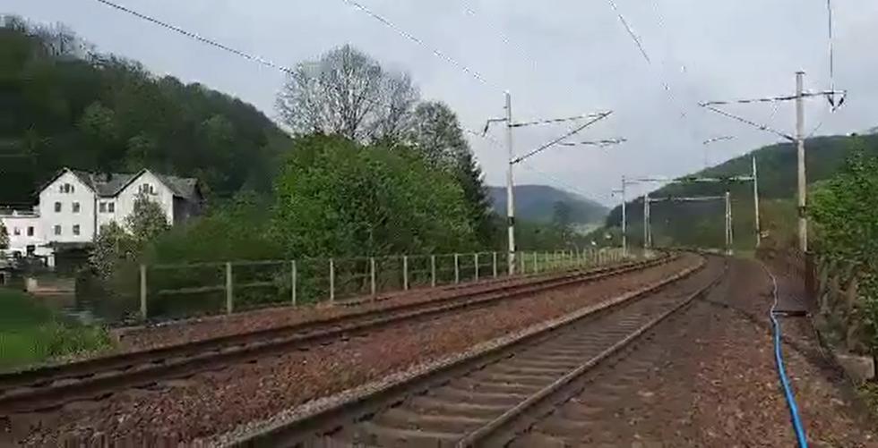 Opuštěný koridor v Brandýse po zastavení dopravy