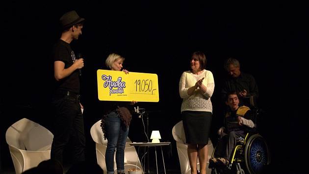 Scénické čtení fejetonů s názvem Čtení ke kafi, které se ve Vysokém Mýtě konalo jako součást festivalu Hudba pomáhá.