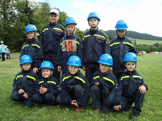 Oddíl mladých hylvátských hasičů při  jarním kole hry Plamen v Mladkově.