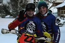 ŽENSKOU ozdobou mezi mužskými posádkami motoskijöringu je dvojice Barbora Jurčanová (řidička vlevo) s lyžařkou Petrou Luxovou.