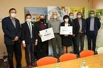 Ve středu 30. září se v Orlickoústecké nemocnici uskutečnilo slavnostní předání symbolického šeku na podporu Nadačního fondu S námi je tu lépe!Foto: Lukáš Prokeš