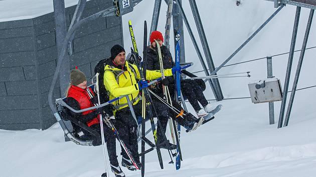 Lanovka na Sněžník funguje. Vyvezla první turisty a běžkaře