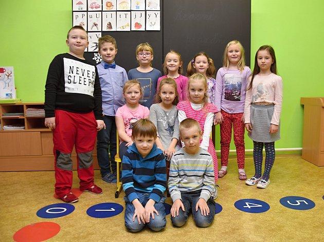 Žáci ze Základní školy Klášterec nad Orlicí spaní učitelkou Marií Leksovou.