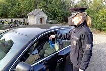 """V období """"Dušiček"""" na přelomu října a listopadu se policisté na Orlickoústecku zaměřili na kontroly zabezpečení vozidel proti vloupání, na parkovištích a přilehlých místech u hřbitovů a pietních míst."""