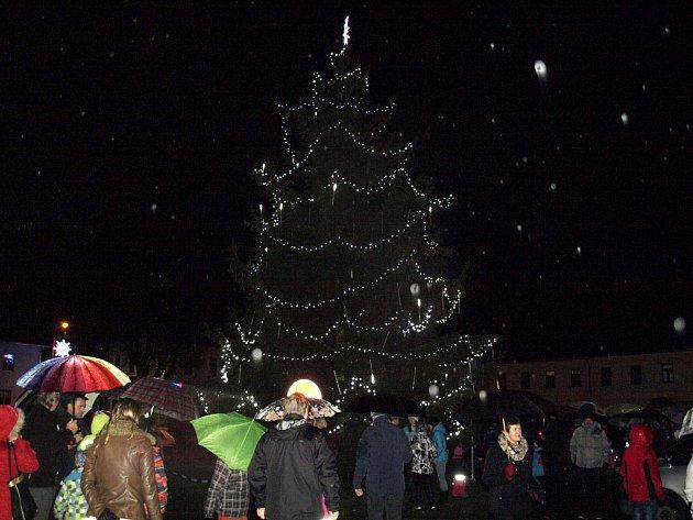 Z rozsvěcení vánočního stromu v Letohradu.