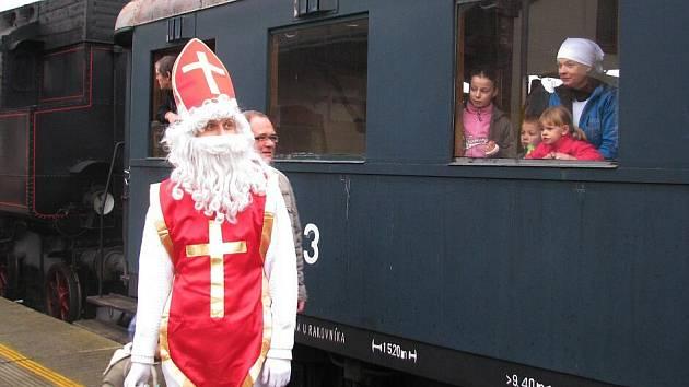 Děti jely párou s Mikulášem a jeho družinou z Chocně do Litomyšle.