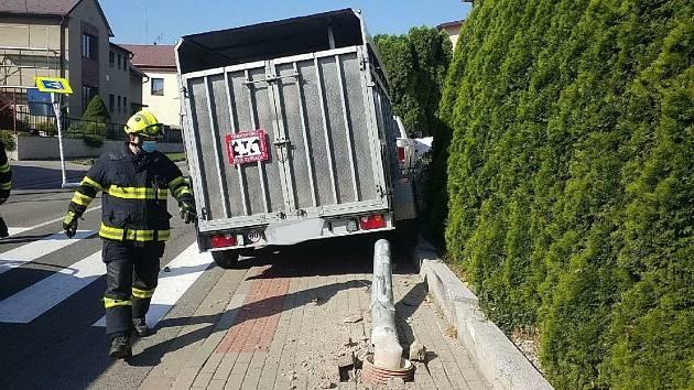 S autem narazil do sloupů, způsobil únik plynu