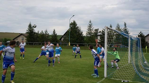 Od nové sezony budou fotbalisté Mistrovic (modrobílé dresy) hrát Okresní přebor II. třídy.