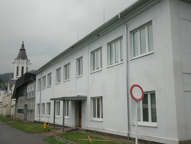 Úpravy uvnitř školy již byly dokončeny, zbývá osadit solární panely.