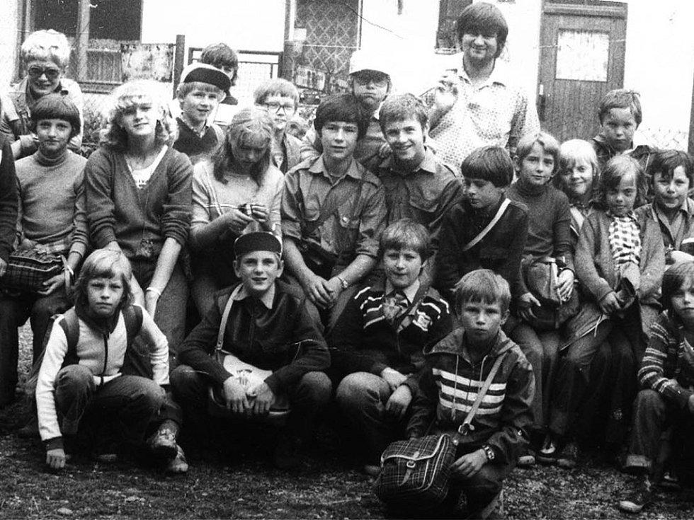 Na prvním snímku jsou účastníci jednoho  ze zmíněných  táborů na  Křivoklátě, kde o ně pečovali místní ochránci přírody.