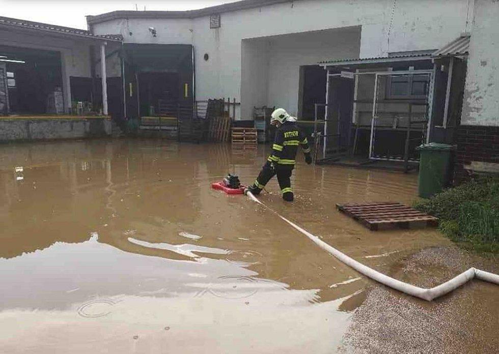 Hasiči na místě museli použít čerpadla k odčerpání vody.