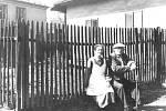 """Jindřich Šimon  (jeden ze tří tzv. """"trávnických starostů"""") s manželkou Emílií u své chalupy čp. 141 pod dnes již neexistujícím starým kaštanem."""