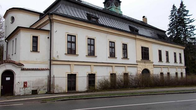 Zpustlé sídlo bývalého internátu a výchovného ústavu v Brandýse nad Orlicí.