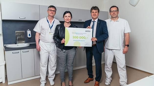 Sto tisíc korun od společnosti Reiter CZ s.r.o. poputuje na dobudování a provoz vakcinačního centra proti onemocnění covid-19. FOTO: Rieter CZ