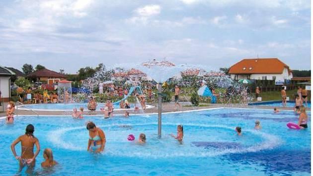 Teplé počasí vyhnalo lidi k vodě. Koupaliště navštěvují rekordní počty návštěvníků a kolem rybníků jen stěží najdete volné místo. Kvalita vody je zatím v pořádku.