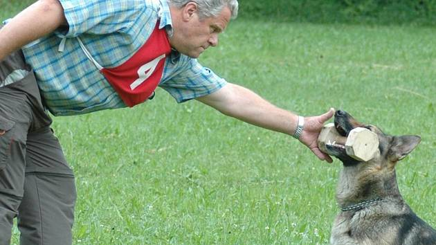 Na Sárovci za Vysokým Mýtem soutěžili psi a jejich páníčci v několika kategoriích.