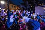 Na Staré náměstí v České Třebové přišly v neděli na rozsvícení vánočního stromu a vánoční výzdoby davy lidí. Městské muzeum zároveň otevíralo výstavu betlémů.