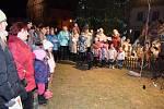 V Letohradě zpívalo na náměstí cca 200 občanů včetně nadpoloviční většiny členů zastupitelstva města.