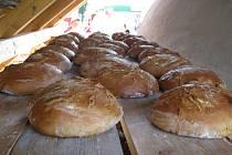 Pečení chleba v Sopotnici.