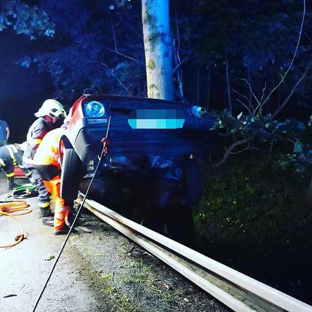 Dopravní nehoda osobního auta uŘetůvky. Mladý řidič při ní vnoci na pondělí utrpěl těžká poranění.