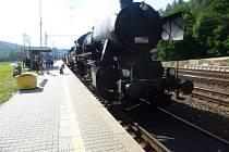 Na letohradském nástupišti byl připraven k odjezdu historický parní vlak.