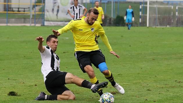 Se závěrem utkání mohli fotbalisté Mýta (žluté dresy) pomýšlet na body, ale dvě velké šance zneškodnil gólman domácího celku.