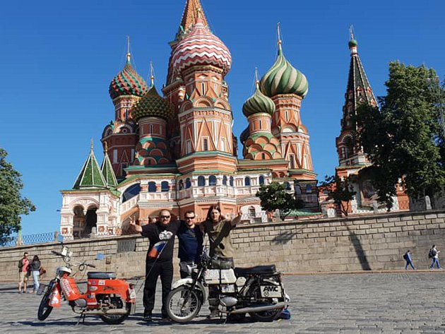 Martin Gregor a Michal Franc dosáhli hlavních cílů své dobrodružné cesty. Stáli se svými jawami na Rudém náměstí a dostali se až k Auroře.